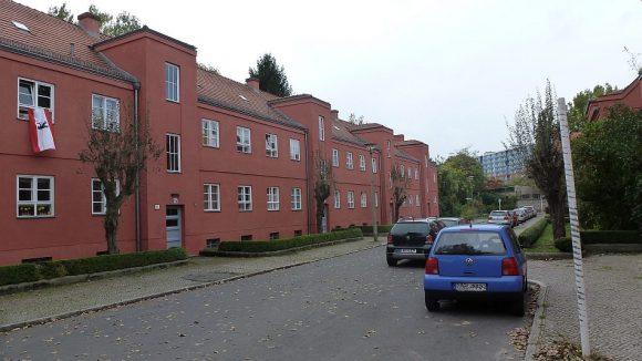 ... und rötlich gefärbt. Die Siedlung ist nach dem Widerstandskämpfer Herbert Splanemann benannt.