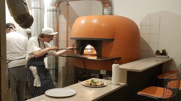Frisch aus dem Steinofen kommen die Pizzas hier. ©Julia Stürzl