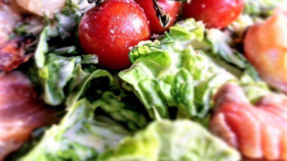 Frisch und knackig kommt der Ceaser Salad mit Garnelen und gebeiztem Lachs auf den Tisch.