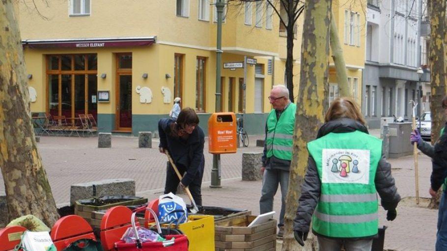 Viele Helfer sind am 22. März beim alljährlichen Frühjahrsputz rund um den beliebten Leon-Jessel-Platz dabei.