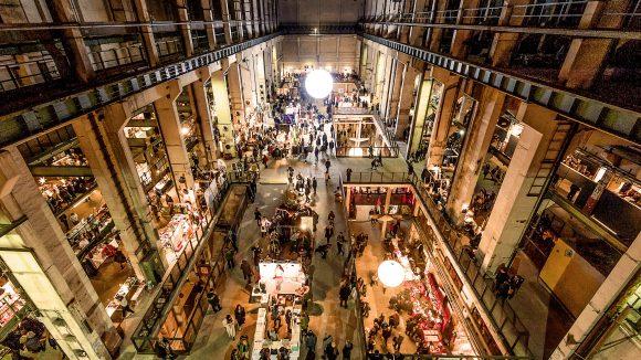 Full House im Kraftwerk an der Köpenicker Straße: Bereits zum 11. Mal fand das Holy Shit Shopping in diesem Jahr in Berlin statt.