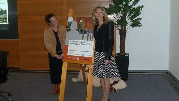 Parkmanagerin Beate Reuber (l.) und Kulturbotschafterin Ursula Karven stellen die neue Botschafterkampagne der Gärten der Welt vor.