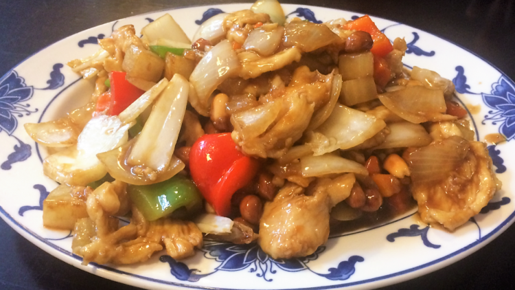 Beim Chinesen Fulilai in Steglitz waren Salätchen und Teigtaschen so üppig, dass das scharfe Huhn mit Erdnüssen im Doggybag mitkam.