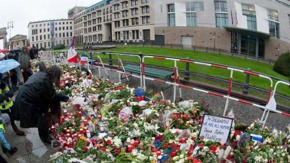 Gedenken vor der Französischen Botschaft. (c) picture alliance / dpa
