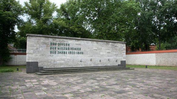 14 Tafeln dokumentieren das grausame Verbrechen an der heutigen Gedenkstätte Plötzensee. Zwischen 1933 und 1945 wurden hier rund 3.000 Opfer des Nationalsozialismus hingerichtet.