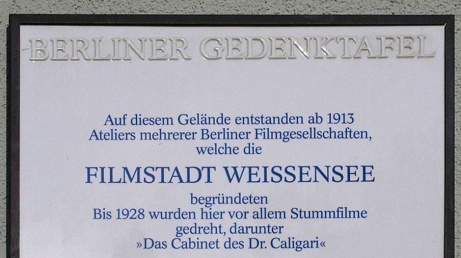In der Berliner Allee 249 erinnert eine Gedenktafel an die filmische Geschichte Weißensees.