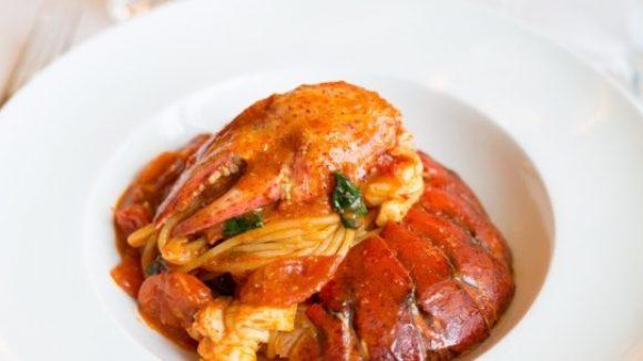 Gehören für 30 Euro dir ganz allein: Hummerspaghetti mit Safran, Chili und Basilikum.