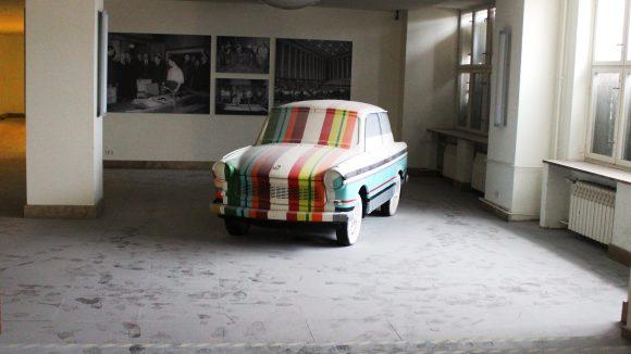 Gehörte zur DDR wie das Funkhaus: Dieser Trabbi steht in der ehemaligen Poststelle. ©QIEZ