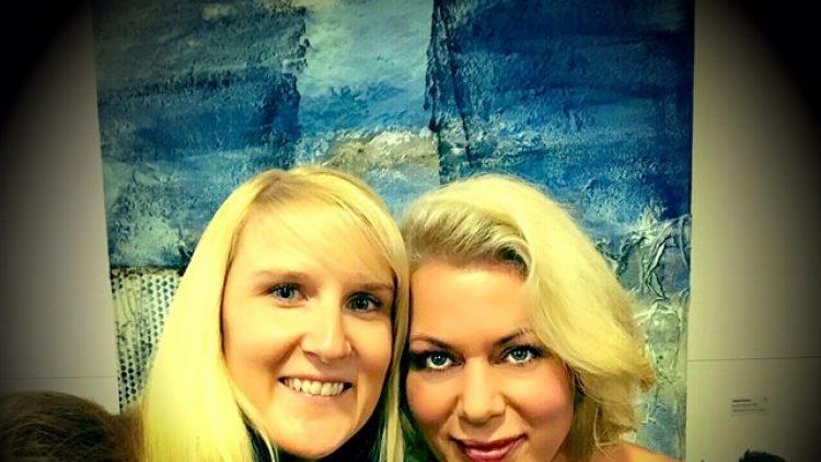 Selfie mit Kunst: Gerlinde Jänicke (r.) besuchte mit ihrer Freundin Anika eine Vernissage in Oberschöneweide.