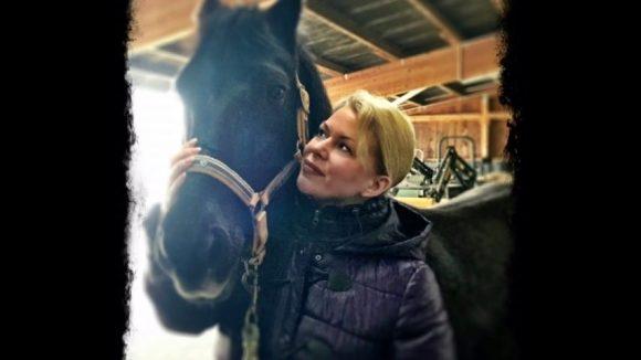 Gerlinde Jänicke hat sich mit den Bewohnern des Pferdehofs Zum Vehtränk in Wustrau schnell angefreundet.