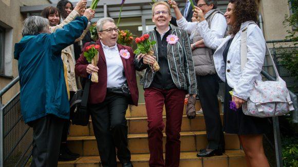 Gerlinde und Daniela vor dem Standesamt Friedrichshain-Kreuzberg.