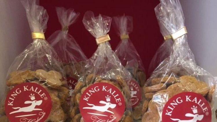 """Diese handgemachten Kekse für Hunde kommen in der Bäckerei """"Königsplätzchen"""" in die Tüte."""
