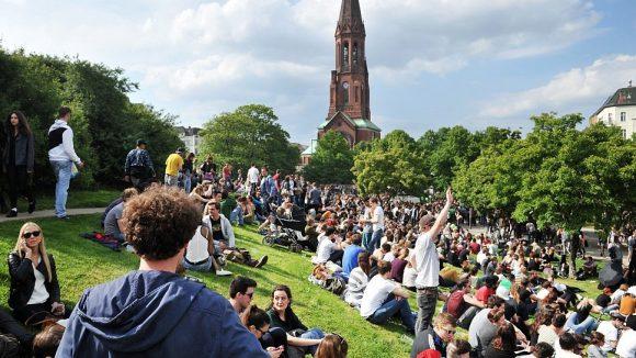 Der Görlitzer Park und seine Umgebung sind beliebt bei jungen Leuten - nicht nur am 1. Mai.