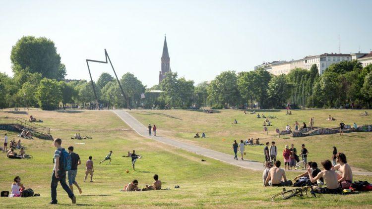 An einem hellichten Sommertag wirkt der Görlitzer Park angenehm so wie er ist.
