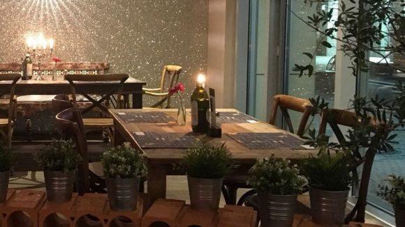 Große Fenster - und auf jedem Tisch des A Tavola stehen Olivenöl, Salz und Pfeffer. ©Jänicke