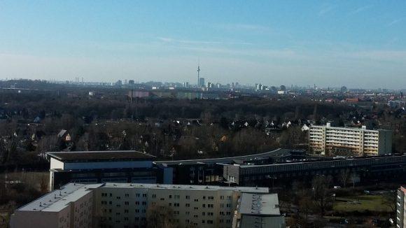 Der Fernsehturm in Sichtweite und doch eine ganz eigene Welt. Wir nehmen dich mit auf einen Streifzug durch die Geschichte Alt-Hohenschönhausens.