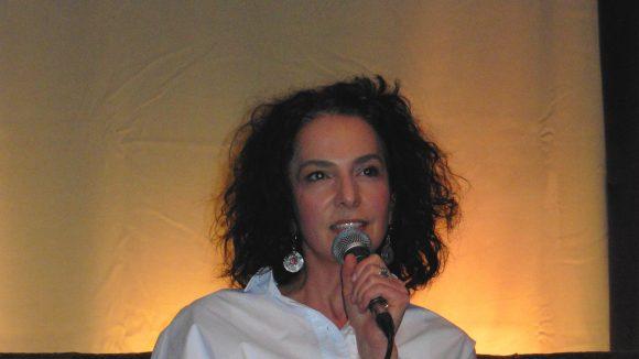 Dritter Kiezsofa-Gast: Fernsehjournalistin und Buchautorin Güner Balci erzählte von ihrer Jugend im Rollbergkiez.