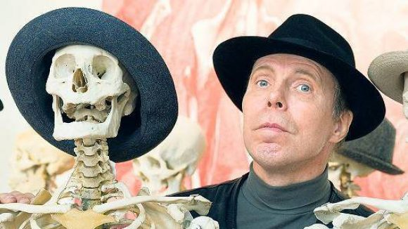 Hütchenspieler. Kritiker sehen die Totenruhe gestört, wenn Gunther von Hagens die Körper ausstellt. Der 69-Jährige ist seit vielenJahren an Parkinson erkrankt.Dieses Foto entstand 2010.