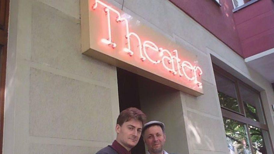 Im Zebrano Theater nahe dem S-Bahnhof Ostkreuz bieten Chansonnier und Kabarettist Sebastian Krämer (links) und Theater-Mitbegründer Hans-Kaspar Aebli seit zehn Jahren Kultur mit Qualität.