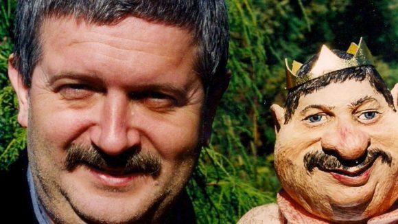 Theatergründer und Puppenspieler Harald Preuss mit einer ihm nachempfundenen Puppe.