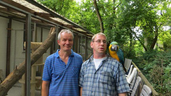 """Dirk Bufé (rechts) und Hartmut Benter betreiben in Blankenburg den """"Vogelgnadenhof und Altenheim für Tiere e.V."""". Nun übernehmen sie auch die Verantwortung für das Tiergehege im Kreuzberger Viktoriapark."""