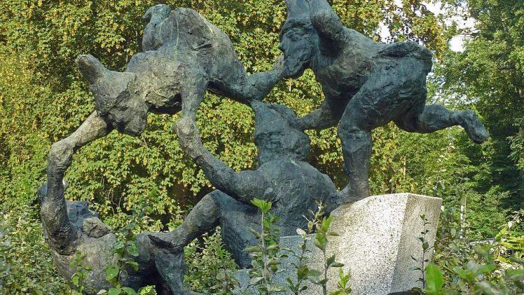 Vierfacher Purzelbaum: Die Heinzelmännchen von Werner Richter an ihrem angestammten Platz im Treptower Park.