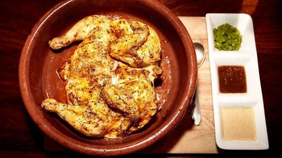 Heißes Hähnchen im Tontopf mit nussiger, pflaumiger und scharfer Sauce ©Penno.