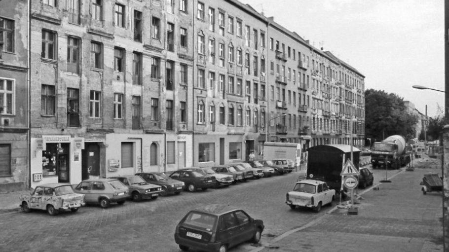 Lychener Straße in Prenzlauer Berg, 1994. Fehlende Balkone und bröckelnder Putz. Hinten links sind die Bäume am Helmholtzplatz zu sehen.
