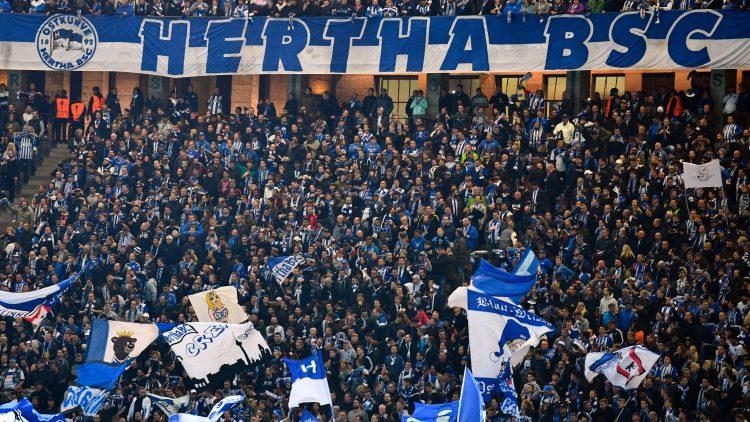 Hertha Fans machen Stimmung in der Ostkurve