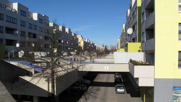 Hier zu sehen: Das Süddeck der Leo-Slezak-Straße an der Ecke zur Fritzi-Massary-Straße in der High-Deck-Siedlung.