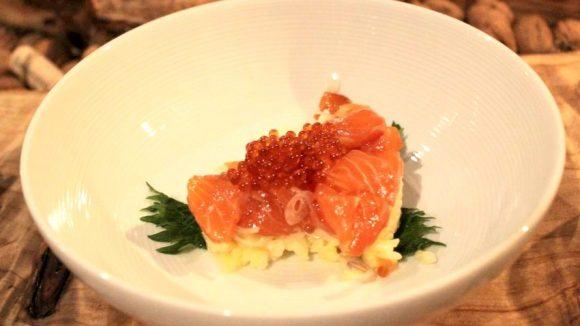 Highlight des Abends: Lachstatar auf Reis mit Wasabi-Mayonnaise und japanischen Kräutern. ©Wernicke