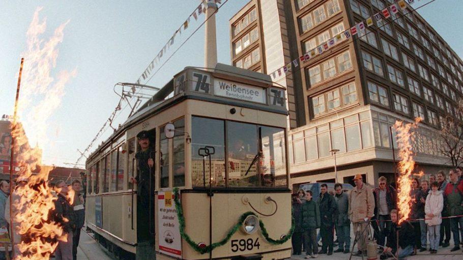 Berlins Straßenbahnen haben sich in den letzten Jahrzehnten ganz schön herausgemacht. Schön anzusehen sind die Oldtimer unter ihnen aber trotzdem. Davon kannst du dich heute auf dem Alexanderplatz überzeugen.