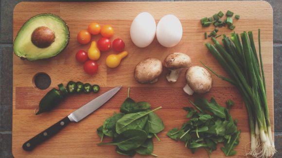 Keine Kohlenhydrate, kein Zucker und kein Fett. Am Ende bleiben nur noch Obst und Gemüse – und kaum Genuss.