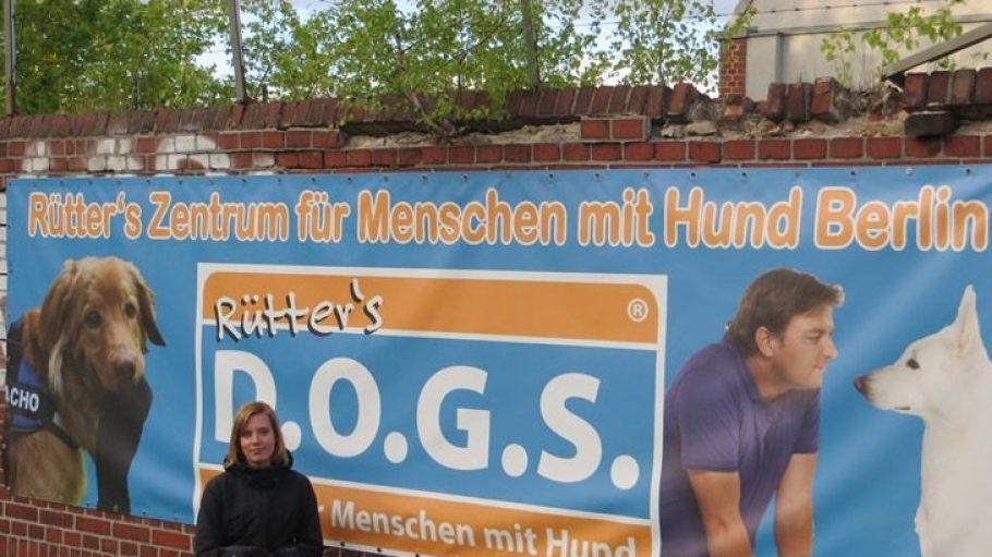 Trainerin Danila Lompa vom Zentrum für Menschen mit Hund in Berlin-Schöneberg mit Redaktionshund Dando.