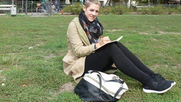Ihre kreativen Phasen verbringt die 27-jährige gerne in den naheliegenden Parks und freien Flächen, zum Beispiel auf dem Boxhagener Platz.