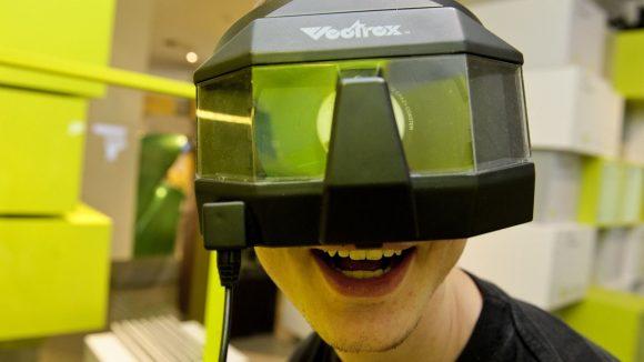 Im Computerspielemuseum Berlin wartet eine der größten Games-Sammlung der Welt. Diese 3D-Brille von Milton Bradley stammt aus dem Jahre 1982.