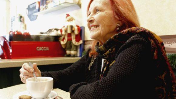 Im Eiscafé freut sich Brigitte Grothum über guten Kaffee und leckeres Gebäck. ©Julia Wernicke