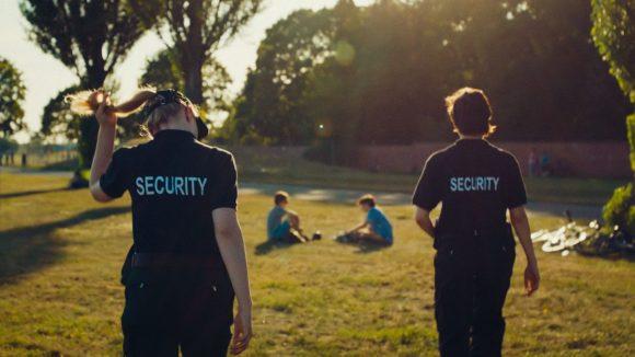 Als Sicherheitskräfte konfiszieren bzw. klauen die Mädchen arglosen Jungen im Park ihre Fahrräder.