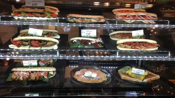 Im Urban Supply gibt's für den kleinen Hunger eine Auswahl an Paninis.
