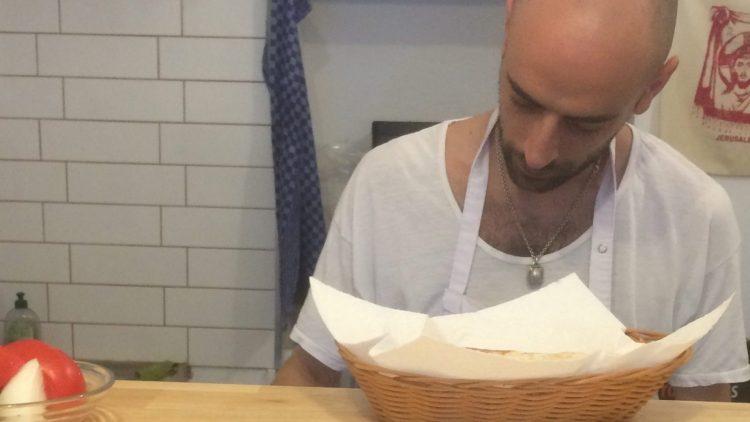 Hummus-Meister Marat Beltser in seinem Café