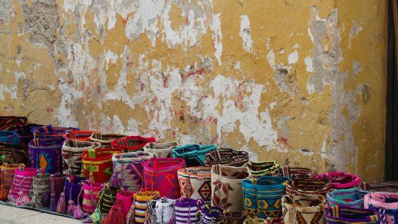 In der Karibikstadt Cartagena reiht sich eine farbenfrohe Tasche an die andere. (c) pixabay.com / lorenaprom00