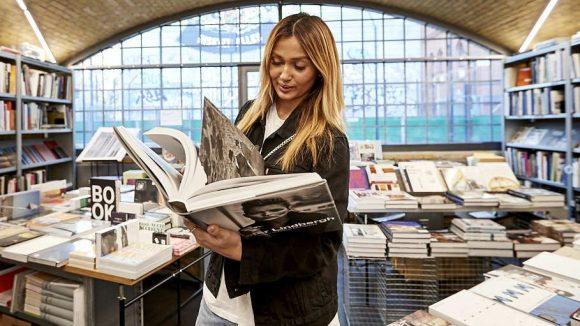 In den Bücherbogen am Savignyplatz findet Wana einen Bildband von Peter Lindbergh. ©Ralph Penno
