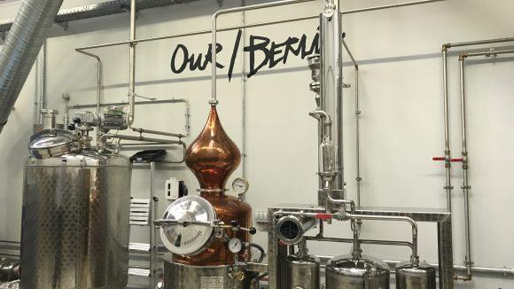 In der Destille von Our/Berlin werden die Flaschen per Hand abgefüllt. ©Yuki Schubert