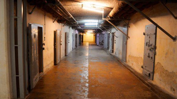 In diesem alten Zellentrakt saßen auch Prominente wie Heinrich George ein.
