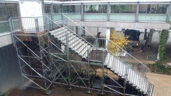 Erstaufnahmeeinrichtung LaGeSo Bundesallee 171. In kurzer Zeit musste das Bürogebäude auch um Fluchtwege und Notfalltreppen wie diese ergänzt werden