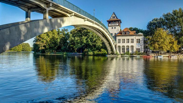 Die Brücke zur Insel der Jugend im Treptower Park führt auch zu einem Kulturhaus mit Biergarten.