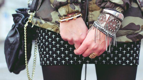 Mädchen mit Armbändern und Military-Jacke