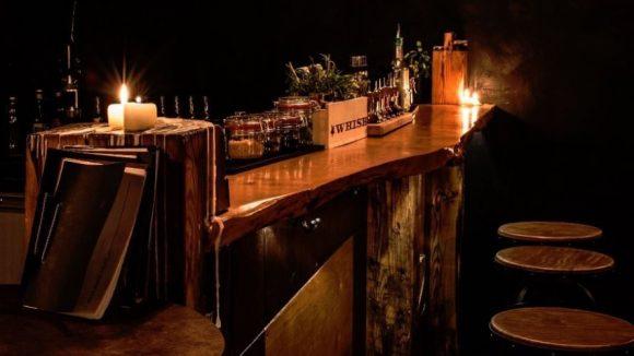 Die Jigger Beaker & Glass Bar kommt gemütlich schummrig daher.