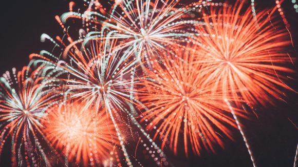 Ein Feuerwerk am Nachthimmel