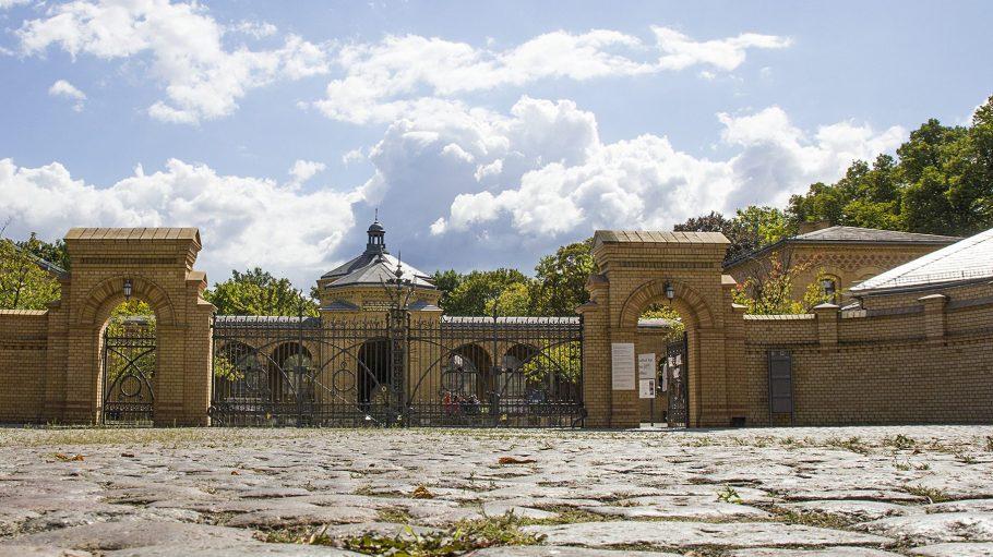 Auf dem 42 Hektar großen Jüdischen Friedhof in Weißensee zeugen zahlreiche Gräber von dem Einfluss jüdischen Unternehmertums zu Kaiserzeiten und während der Weimarer Republik.